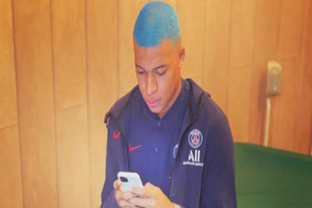 Kylian Mbappé i habit të gjithë, shfaqet me flokë blu