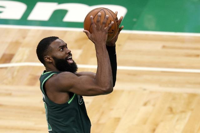 NBA: super Brown dhe Lakers humbet, Suns dhe Bucks vazhdojnë të fitojnë