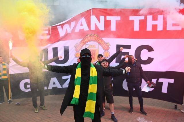 Tifozët e United pushtojnë Old Trafford, shtyhet ndeshja me Liverpool