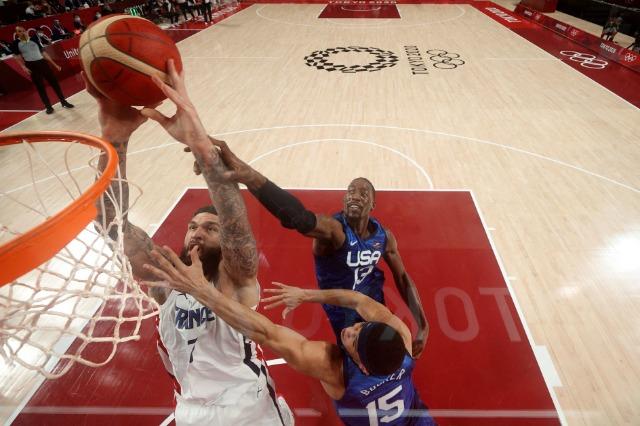 Franca shokon SHBA-në, e mund në basketboll