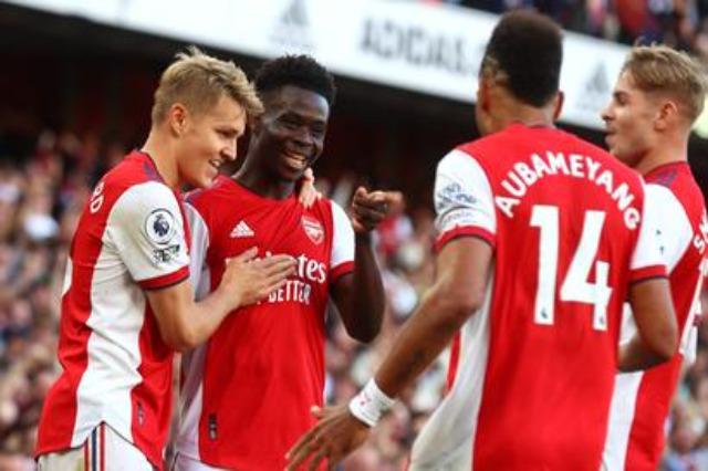 Arsenali dhuron spektakël, Totenhemi në krizë